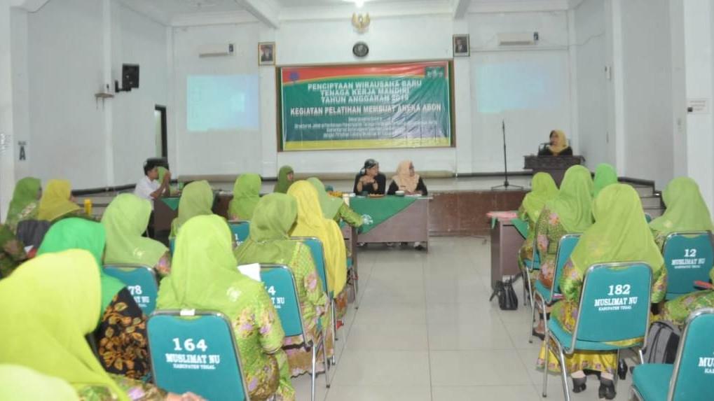 Buka Pelatihan Membuat Abon, Bupati Tegal Dorong Kader Muslimat NU Sukses Jadi Wirausaha