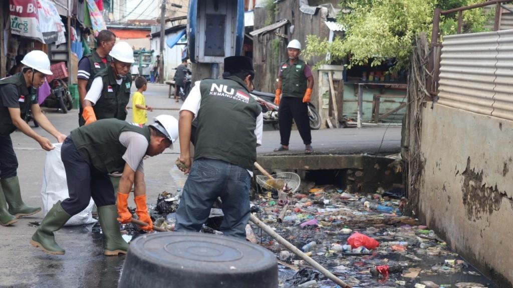 Relawan NU Gotong-Royong Bersihkan Sampah Sisa Banjir Jakarta