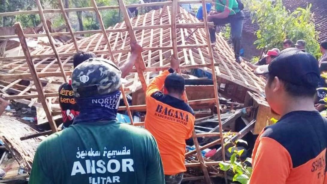 Banser Blitar Perbaiki Rumah Warga yang Diterjang Puting Beliung