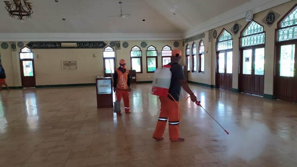 Tangkal Covid-19, Masjid Gus Dur Kembali Disemprot Disinfektan