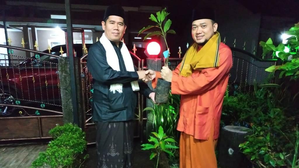 Lakpesdam Kabupaten Sukabumi Bagikan Ratusan bibit Mangga dan Sirsak