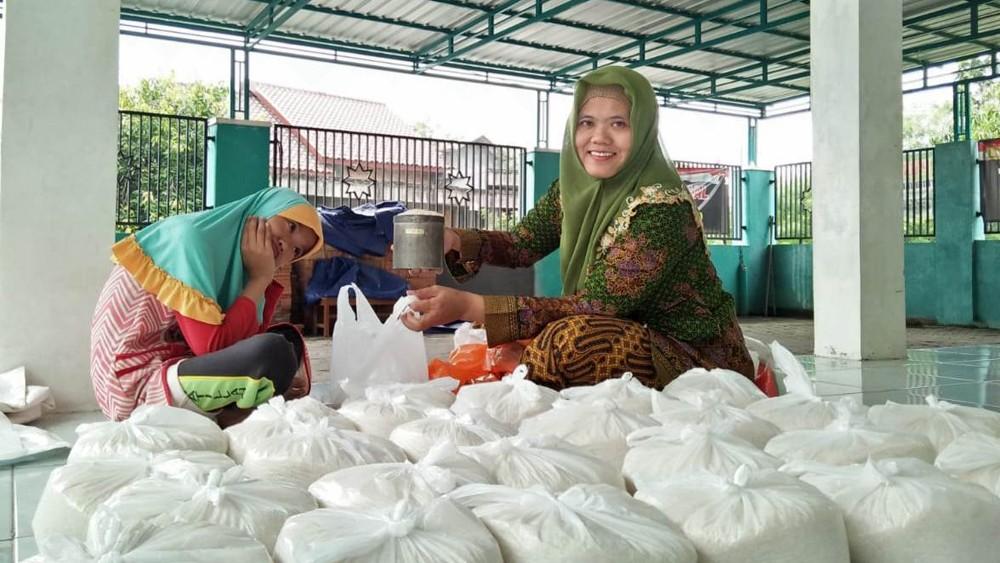 Masa Pageblug Corona, Muslimat NU Polokarto Sukoharjo Bagi-bagi Beras dan Masker