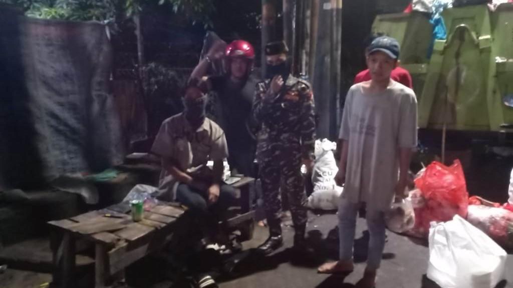 Aksi NU Tangsel Bagikan Makan Sahur di Jalanan
