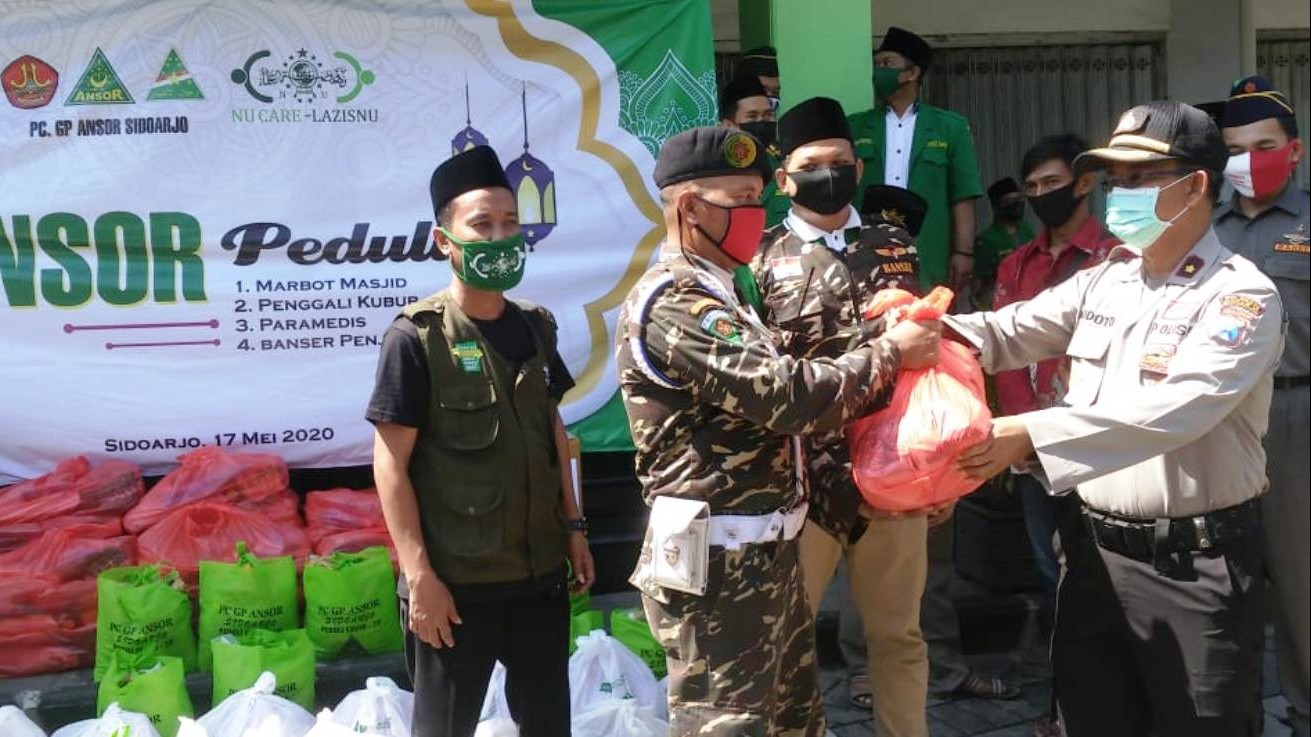 Ribuan Paket Sembako Ansor Sidoarjo untuk Marbut dan Penggali Kubur