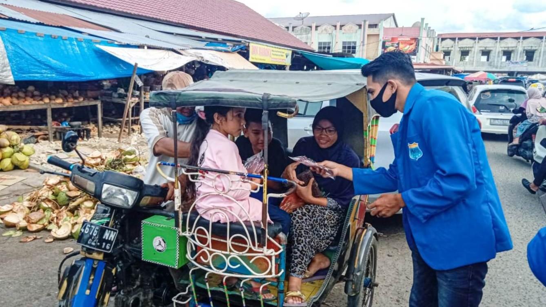 Jelang Tradisi Meugang, PMII Bagikan Masker di Pasar Lhokseumawe