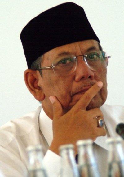 KH Hasyim Muzadi Terima Gelar Doktor Honoris Causa