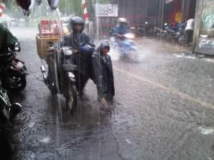 Hukum Percikan Najis dari Air Hujan di Jalanan