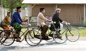 Kiai di Blitar Onthelan Keliling Kampung Sambut Hari Santri
