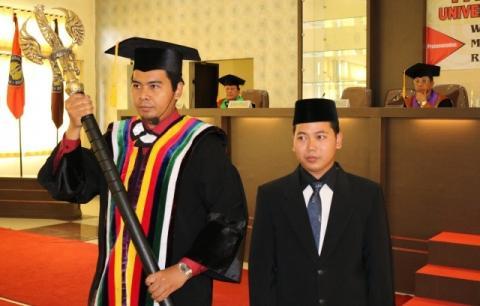 Mufarrihul Hazin, Dari Jualan Koran Kini Sandang Gelar Doktor Termuda