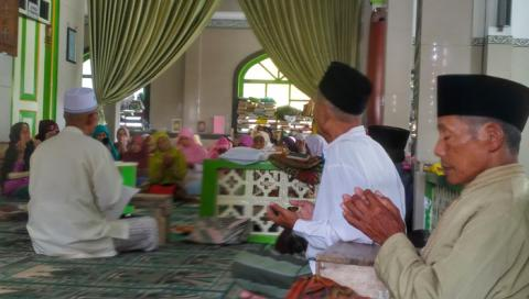 Menengok Santri Lansia Ngaji di Masjid Agung Payaman