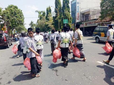 Kirab Santri di Jombang, Siswa Ini Pungut Sampah