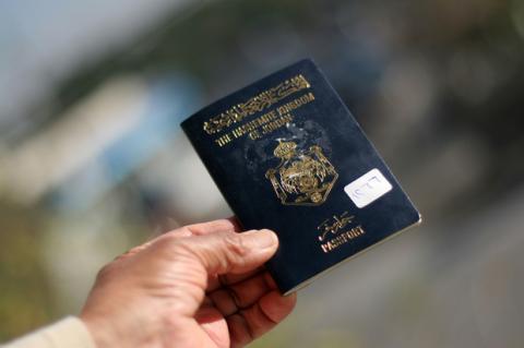 Paspor sementara Yordania bagi warga Palestina. Foto: AP