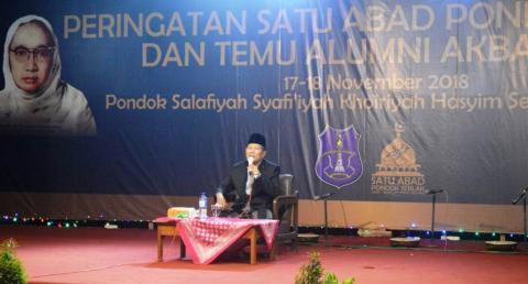 KH Mustain Syafii saat puncak seabad Pesantren Seblak, Jombang.