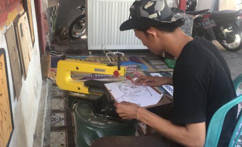 Mahasiswa Unwaha Olah Kayu Limbah Jadi Seni Ukiran Wajah