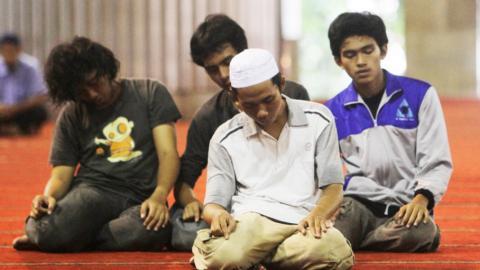 Hukum Memakai Kaos Partai saat Shalat di Masjid