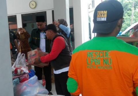 Relawan NU membantu warga terdampak banjir di Madiun