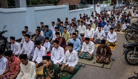 Hukum Shalat Jumat di Halaman Masjid yang Tertutup Pintunya karena AC