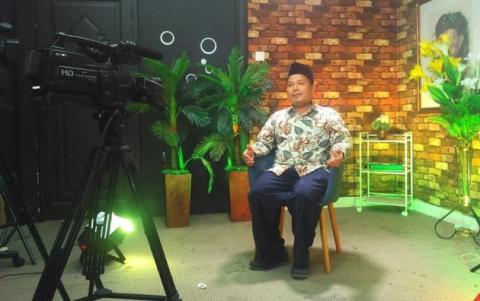 Seorang kiai melakukan tapping video ceramah (dok: NU Online)