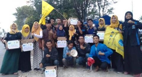 PMII Rayon Persiapan Tarbiyah Komisariat INAIFAS, Kencong berpose bersama di sela-sela penggalangan dana