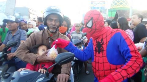 Pemuda Lintas Iman Hingga Spiderman Bagikan Ribuan Takjil
