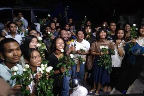 Muslim Myanmar Dilarang Tarawih, Warga Buddha Bagikan Bunga sebagai Aksi Solidaritas