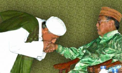 Sowan dan Mencium Tangan Kiai