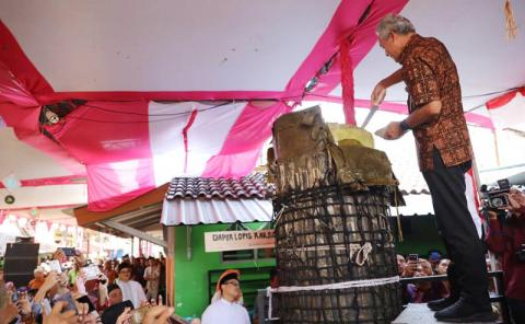 Melihat Lopis Raksasa, Gubernur Jateng: Iki Mangane Piye?