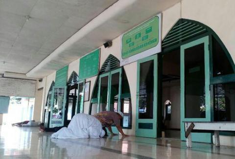 Sahkan Shalat Tahiyatul Masjid di Halaman atau Teras Masjid?