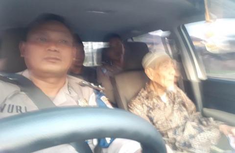 Mustasyar PBNU, KH Maemoen Zubair naik mobil Patwal Polres Rembang
