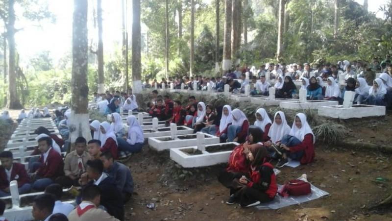 Pelajar SMA Cianjur Sambut HUT RI dengan Tahlilan di Makam Pahlawan