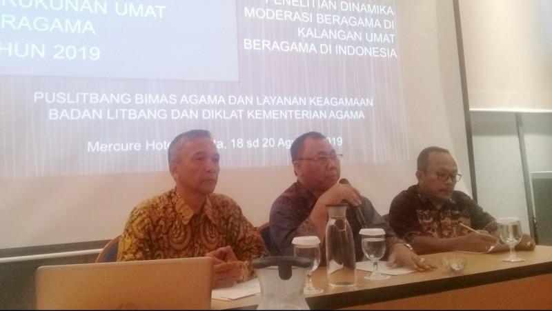 H Muharam Marzuki (tengah)