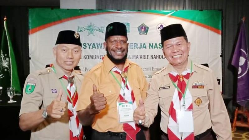 Ketua PC LP Ma'arif NU Jayapura, Papua, H Kahar Yelipeleh (tengah)