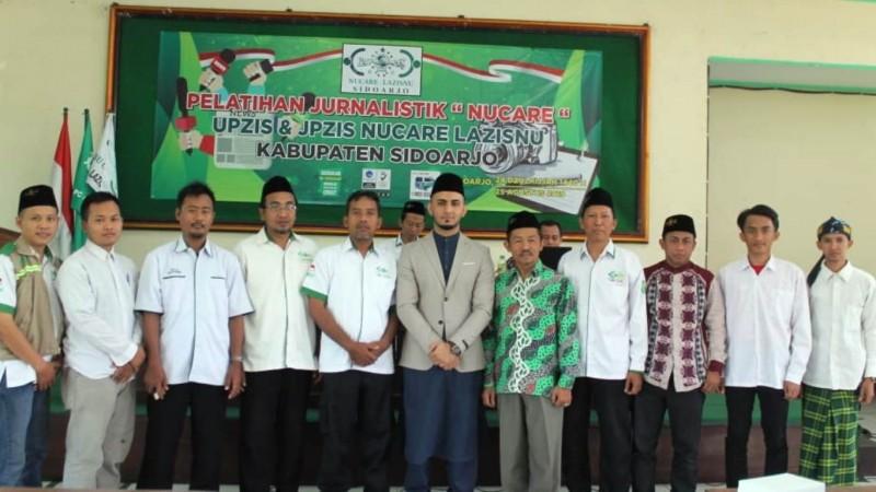 Fazil Qowi Kakar (tengah) bersama PC LAZISNU Sidoarjo. (Foto: Mila/NU Online)