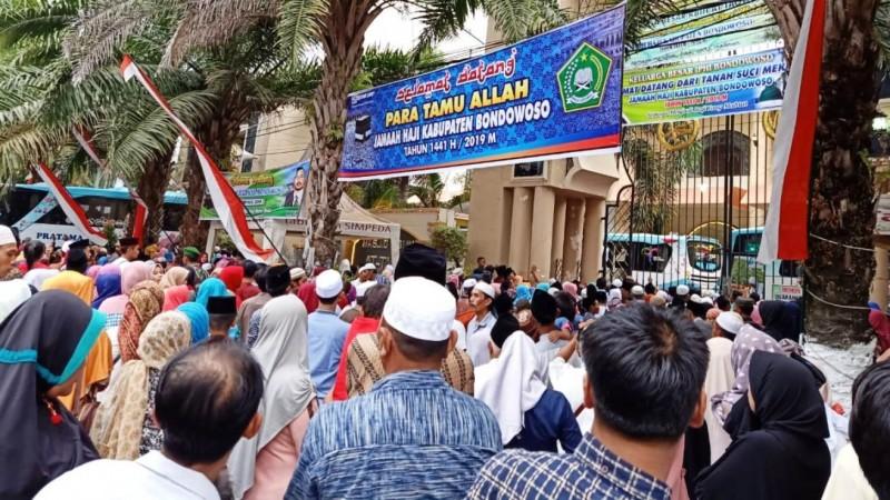 Bupati dan Warga Sambut Ratusan Jamaah Haji dari Bondowoso