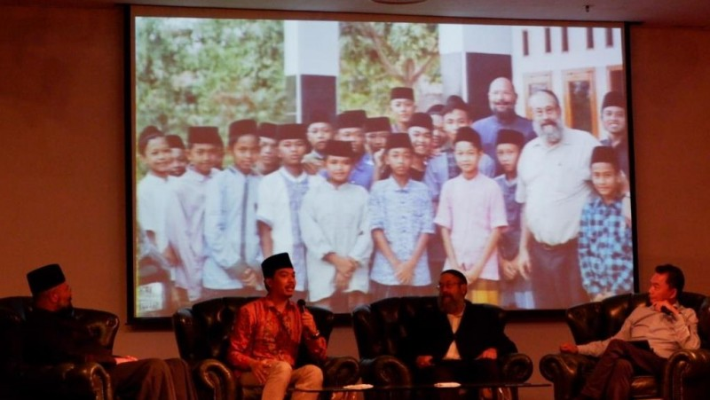 M Abdullah Syukri, pengajar di Pondok Buntet Pesantren, saat berbicara pada diskusi publik 1.000 Abrahamic Circles di Gedung CCM, Cikini, Jakarta Pusat, Jumat (7/8). (NU Online/Syakir NF)