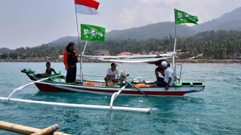 NU Care Salurkan Bantuan Perahu Nelayan untuk Warga Lampung Selatan