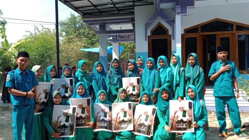 Bagikan Foto Mbah Moen, Siswa SMK Hidayatul Muslimin Ngalap Berkah