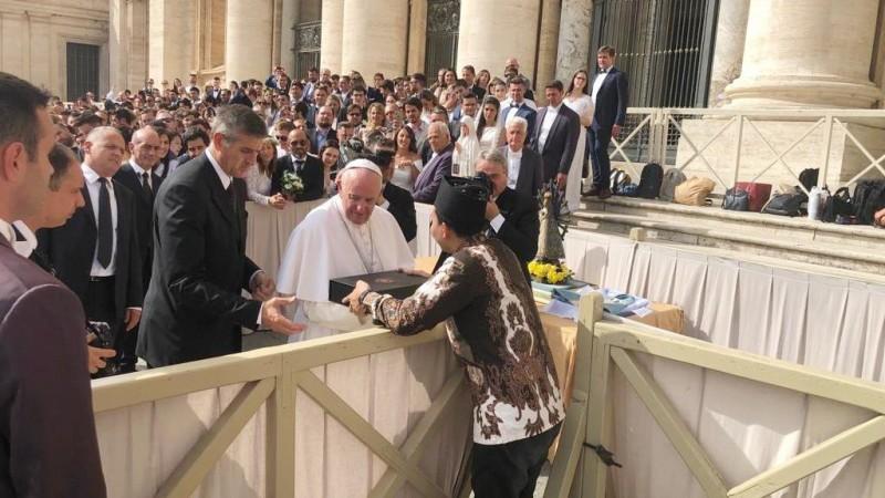 Bertemu Paus Fransiskus di Vatikan, Ketua Ansor Jateng Hadiahkan Batik