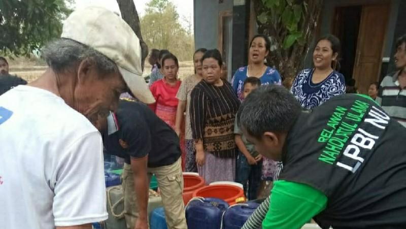 Kekeringan, LPBINU dan Ansor di Brebes Salurkan Air Bersih