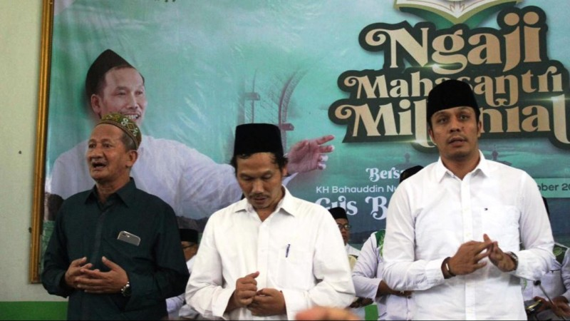 KH Abdurrahman Al-Kautsar (kanan) bersama Gus Baha' dan KH Agus Ali Masyhuri. (Foto: NU Online/Rof Maulana)