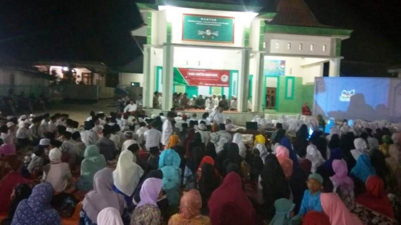 Suasana istighotsah dan nonton film di halaman kantor MWCNU Nonggunong, Pulau Sapudi, Sumenep. (Foto: NU Online/Zainul Hasan)