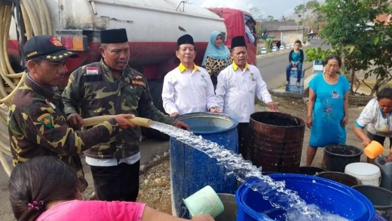 Imbas Kemarau Panjang, Ansor Tulungagung Bagikan Air Bersih