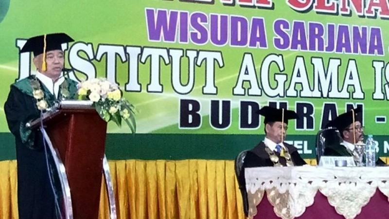 Rektor IAI Al-Khoziny, KH Asep Syaifuddin Chalim saat memberikan sambutan. (Foto: NU Online/Imam Kusnin A)