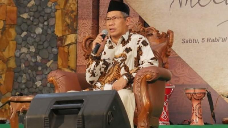 KH A Said Asrori menyampaikan sambutan dari pihak keluarga serta membacakan manakib masyayikh Pondok Leteh Rembang. (Foto: NU Online/Ahmad Hanan)