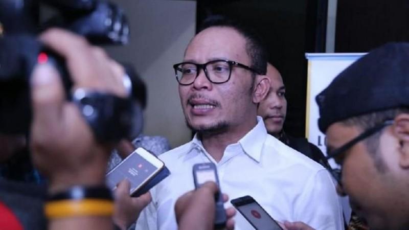 Menteri Ketenagakerjaan Hanif Dhakiri menegaskan perusahaan yang tidak mengikuti peraturan bisa kena sanksi.