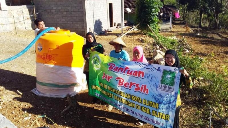 Bantuan air bersih diberikan PC LPBINU Kabupaten Blitar di kawasan yang debit airnya belum normal. (Foto: NU Online/Imam Kusnin A)