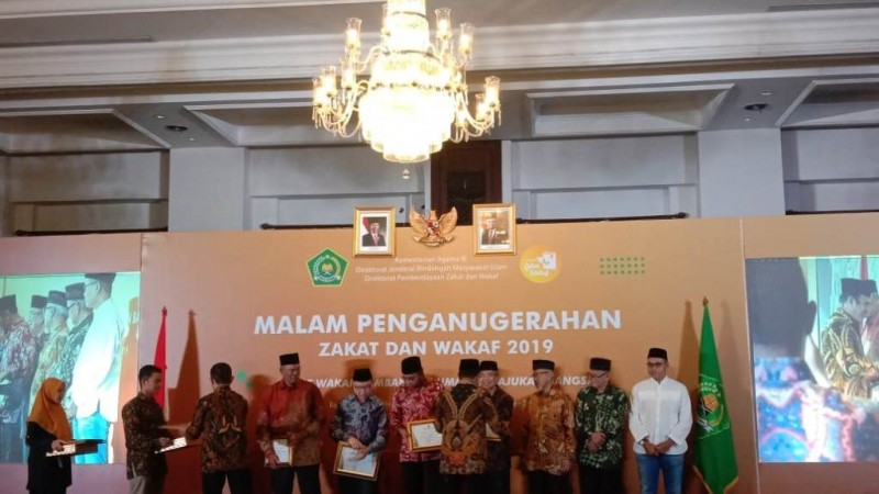 Menag Beri Penghargaan Tujuh Tokoh Penggerak Zakat dan Wakaf