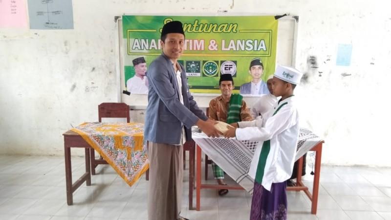 LKNU dan IPNU di Lombok Tengah menyantuni anak yatim dan lansia. (Foto: NU Online/Hadi)