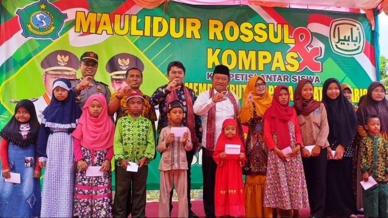 Bupati Sidoarjo bersama sejumlah tokoh usai memberikan santunan. (Foto: NU Online/Yuli Riyanto)