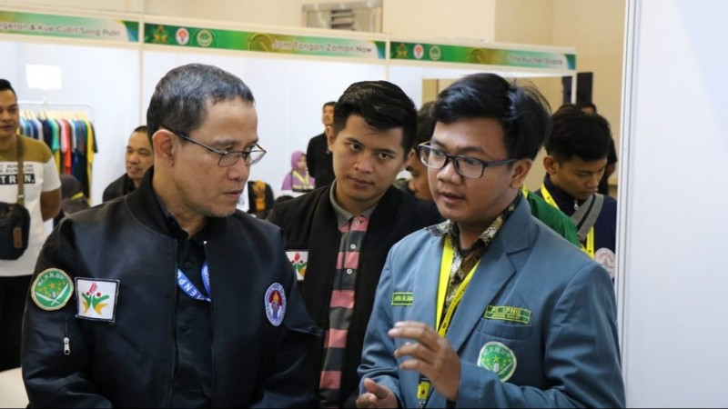Asdep Kewirausahaan Pemuda Kemenpora Imam Gunawan (kiri) bersama salah satu peserta Youth Fair 2019 (kanan) di Smesco Convention Center, Jakarta, Selasa (24/12). (IPNU/Hafizul Pahmi)